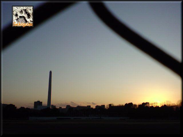 フェンス越しの夕暮れ。a.jpg